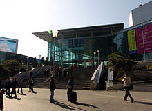 https://upload.wikimedia.org/wikipedia/commons/thumb/a/ae/Seoul_Station_Main_Entrance.jpg/220px-Seoul_Station_Main_Entrance.jpg