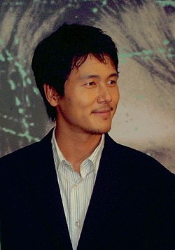 https://upload.wikimedia.org/wikipedia/commons/thumb/c/c1/Kam_Woo-sung_in_2004.jpg/250px-Kam_Woo-sung_in_2004.jpg