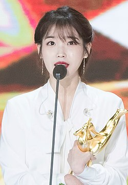 https://upload.wikimedia.org/wikipedia/commons/thumb/c/cb/IU_at_Golden_Disk_Awards_on_January_10%2C_2018_%281%29.jpg/250px-IU_at_Golden_Disk_Awards_on_January_10%2C_2018_%281%29.jpg